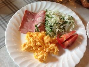 卵、ハム、サラダ