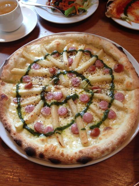 ソーセージとフライドポテトとバジルソースのピザ