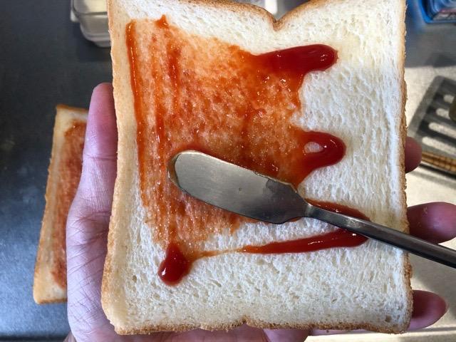 食パンにケチャップを塗る